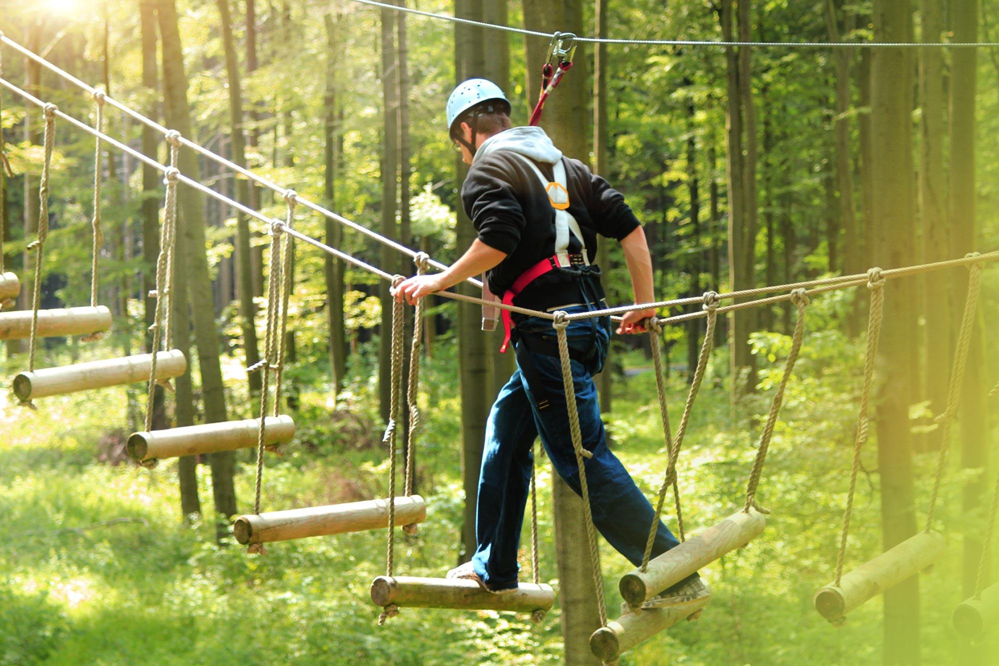 Outdoor-Aktivität im Kletterpark für Actionfans.