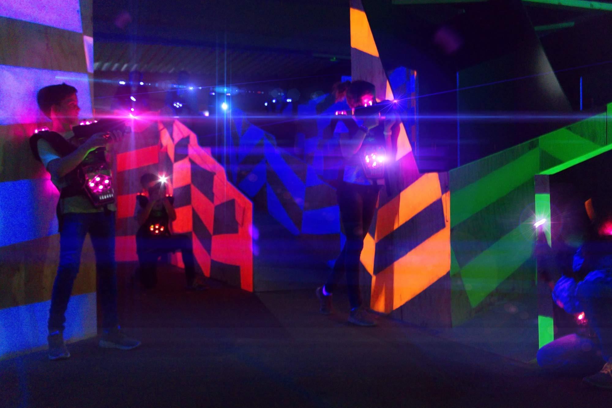 Lasertag-Teams spielen im Areal der LASER ARENA
