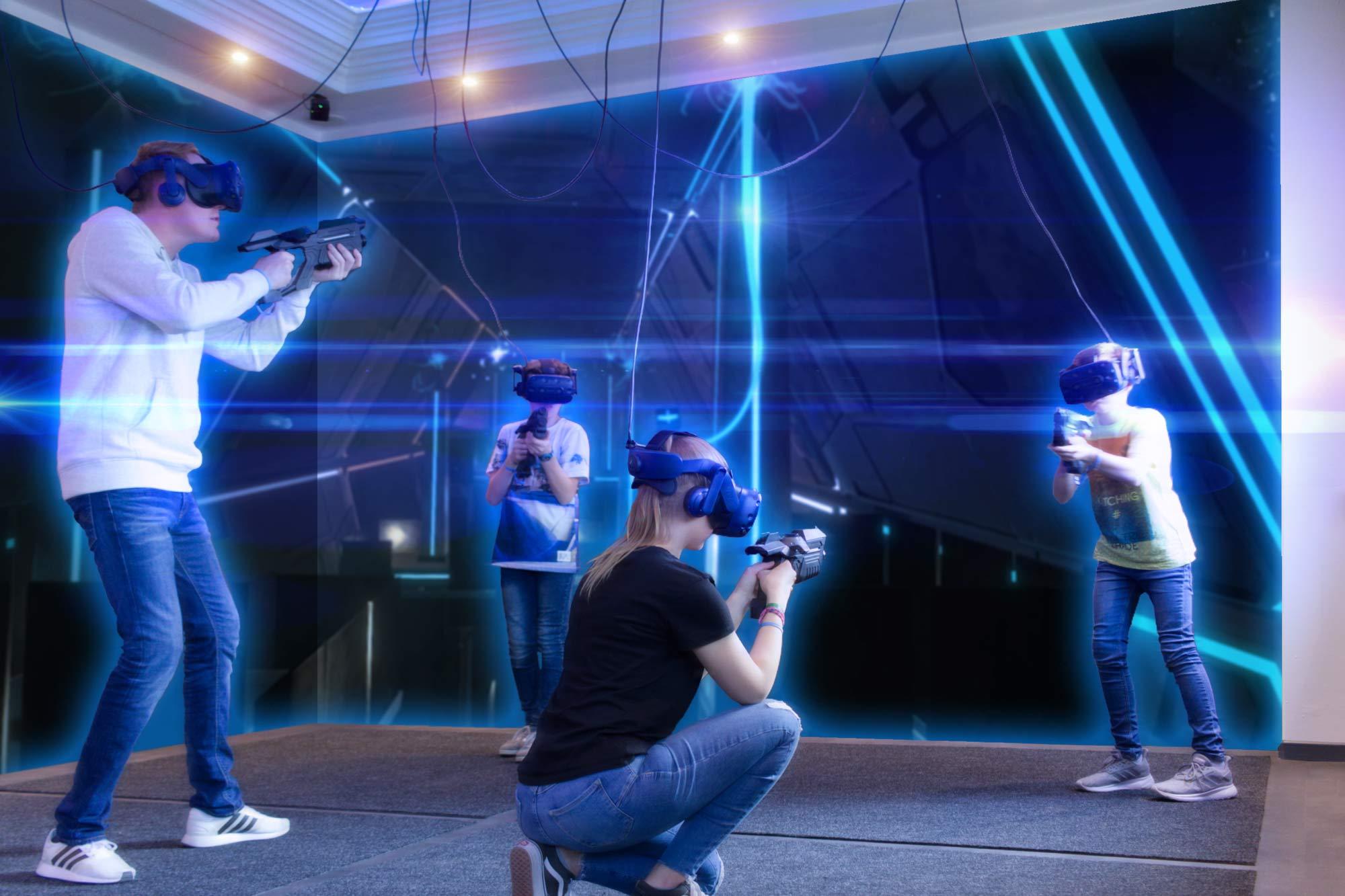 Spieler spielen Towertag in der VR ARENA.